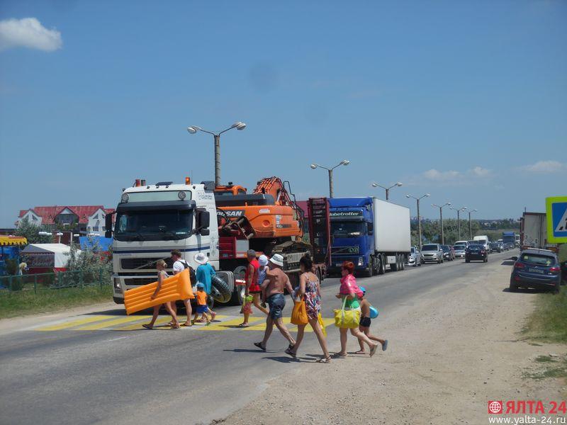 Громадная пробка под Феодосией: затор растянулся на 15 км [Фото] фото