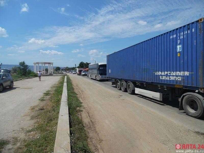 Громадная пробка под Феодосией: затор растянулся на 15 км [Фото] фото 1