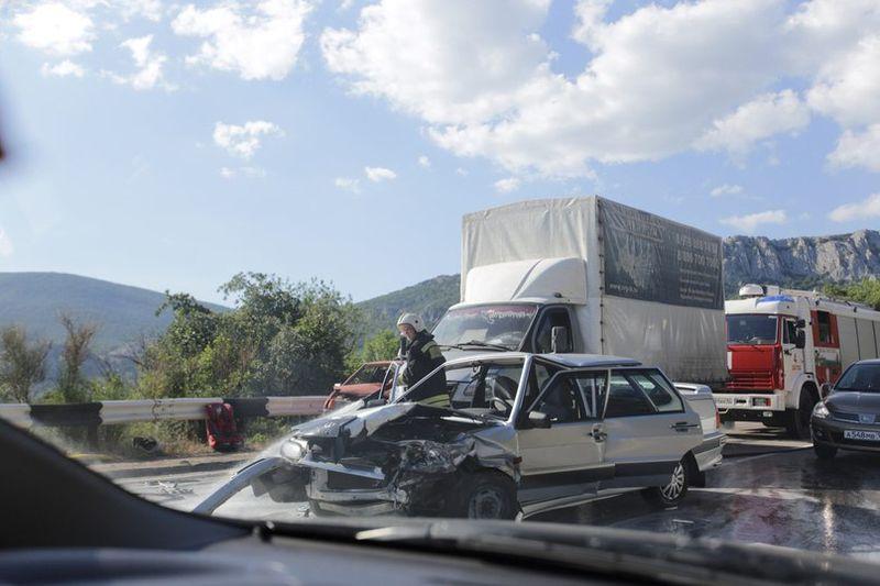 Крупное ДТП в Крыму: столкнулись пять машин [Фото] фото 2
