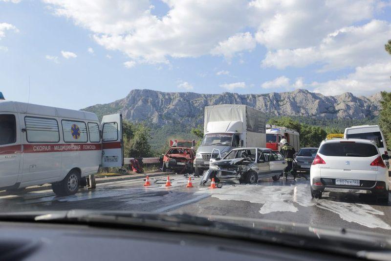 Крупное ДТП в Крыму: столкнулись пять машин [Фото] фото
