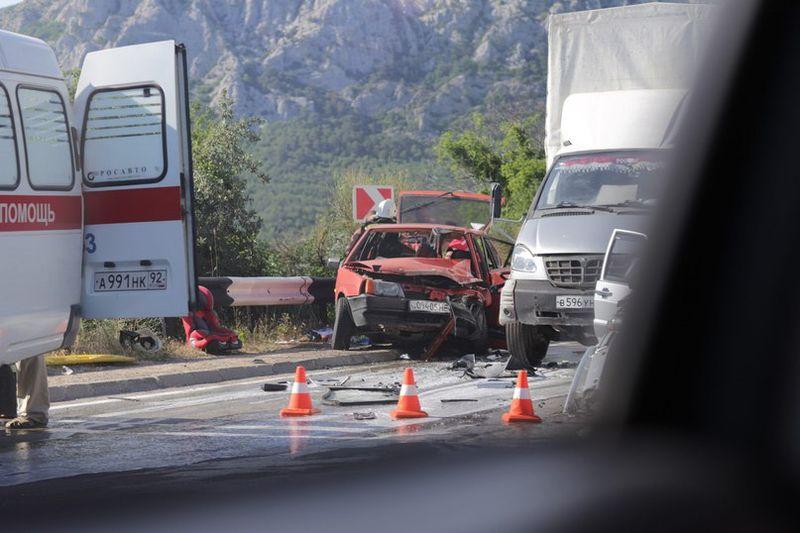 Крупное ДТП в Крыму: столкнулись пять машин [Фото] фото 1